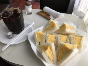 喫茶ラックの玉子サンドとアイスコーヒー(投稿者:ドナルド チュチュ)<br><p>ふわふわの玉子サンドは、<br /> 見た目とても美しく、美味しい。<br /> しかもボリュームしっかりなのに<br /> 450円という価格に驚愕。<br /> これぞ、まさに世界遺産ならぬ堺遺産。<br /> 店主のおばちゃん、いつまでも<br /> 元気にがんばってやー。</p>